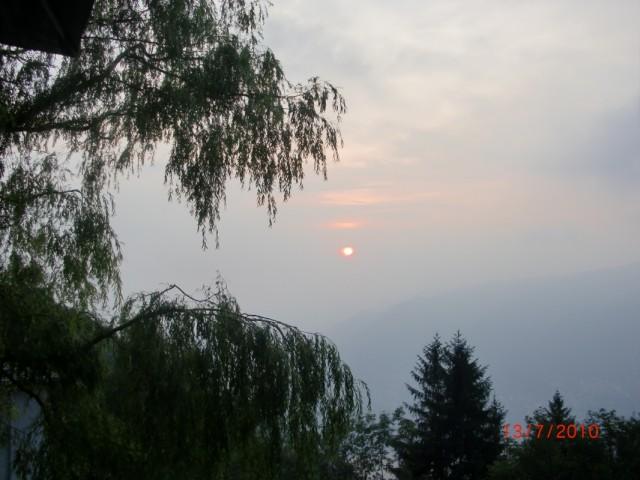 Туманный закат в горах на швейцарской границе