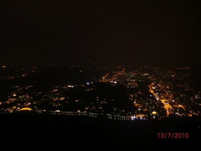 Ночной вид сверху на Комо (городок на берегу озера).