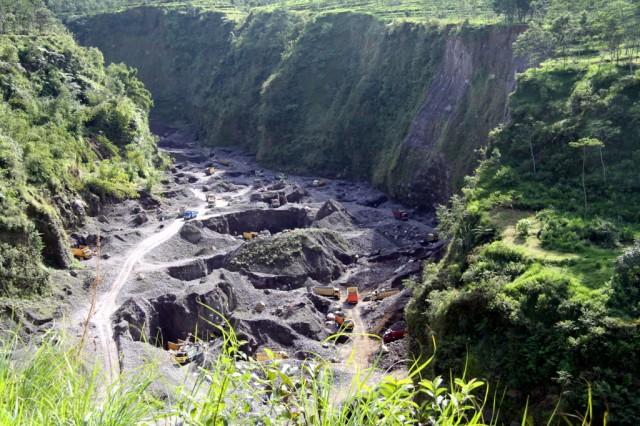 Гигантский карьер возле Мерапи