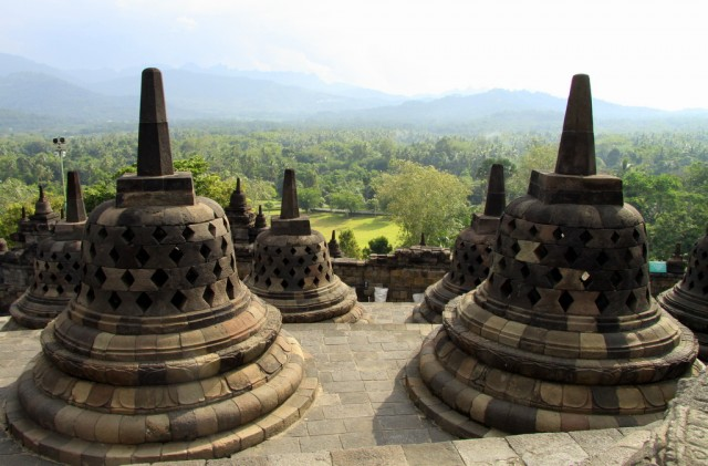Боробудур  расположен в долине Кеду в окружении 4 вулканов
