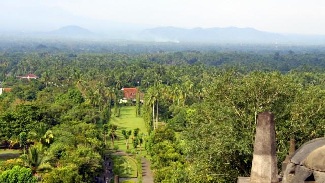 Боробудур расположен на искусственном холме в окружении джунглей