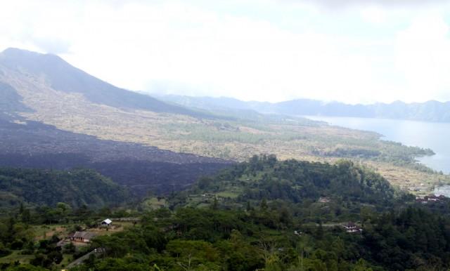У подножия вулкана поселок Тойя  Бунгках, из которого начинается подъем на вулкан