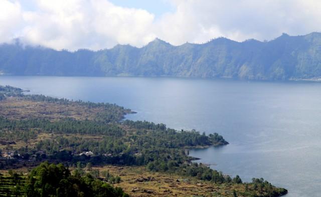 Воды озера питают реки и орошают рисовые поля