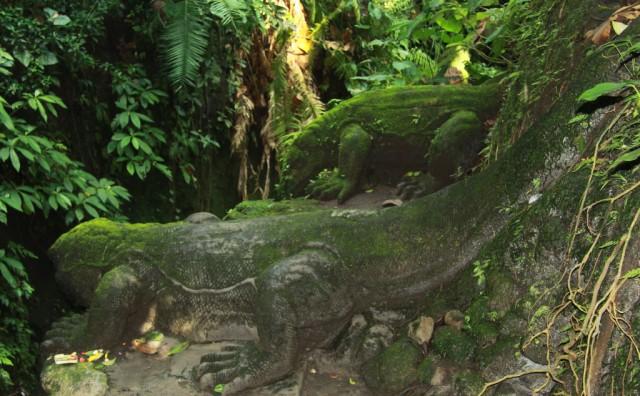 Древние чудища в лесу