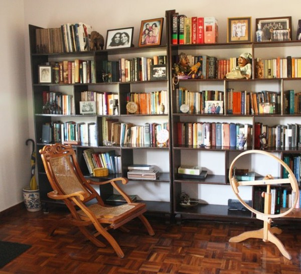 библиотека и кресло, которое манит сесть в него и почитать