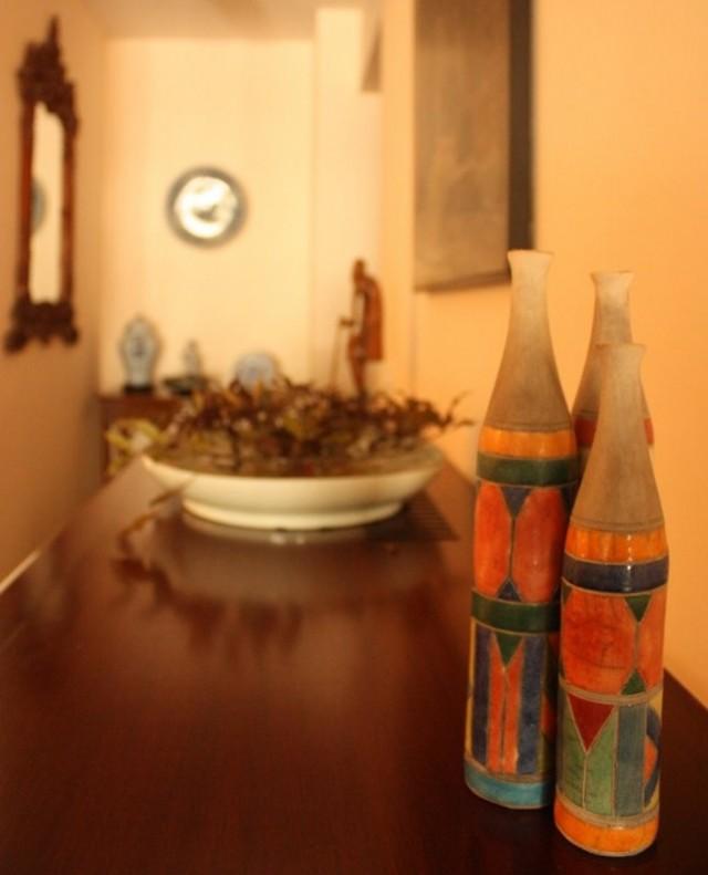 Множество красочных стеклянных бутылок из Африки