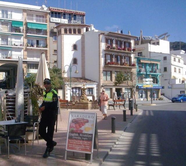 """Эту фотку пришлось """"удалить"""", т.к. в Испании снимать полицейских запрещено"""