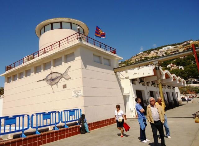 флаг дружественной валенсианам Барсы над портом Хавеи