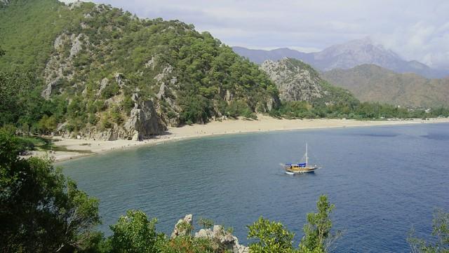 Вид на пляж с разрушенной крепости