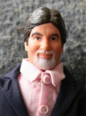 Его называют самым известным индийцем в мире. По его подобию и кукол делают. Не являюсь поклонником, но никуда от него не деться. Амитабх Баччан.
