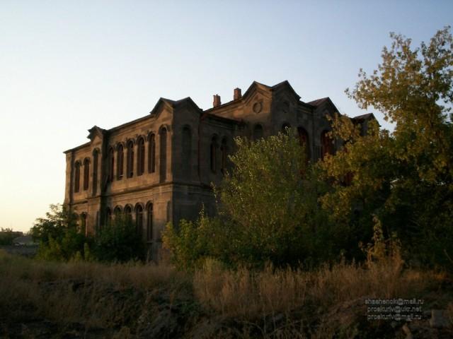 Эчмиадзин. Красивое заброшенное здание в центре города