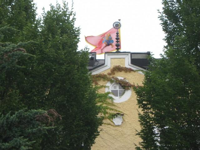 На здании флаг с Хануманом