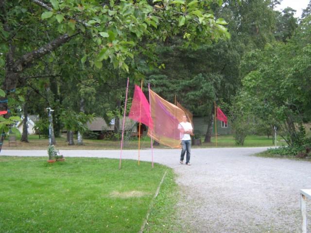 Там и сям развеваются вот такие прозрачные ткани, то ли флаги, то ли некая имитация сари многочисленных подруг царицы сегодняшнего торжества