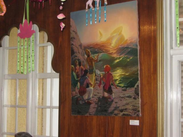 На стенах висят красочные картины ставшие иллюстрациями к книгам