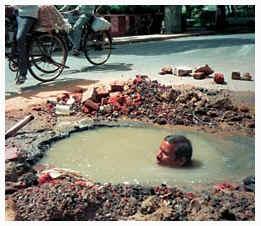 На 50-градусной жаре рабочий из числа неприкасаемых ремонтирует канализацию