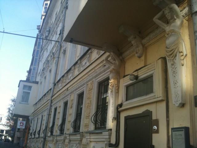 бывший публичный дом с беременными карриатидами на фасаде
