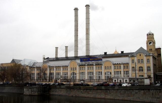 На Болотной набережной ГЭС-2, построенная в 1906 г.