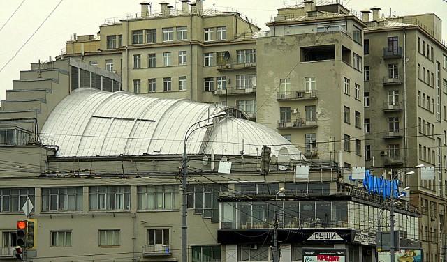 Дом на Берсеневской набережной был построен в 1931 г. для советской элиты , но из-за нехватки денег вместо красного остался серым