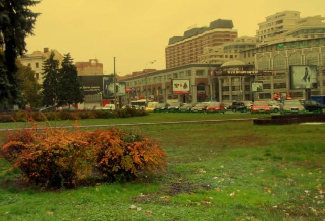 Московский дворик с Президент-отелем   на заднем плане