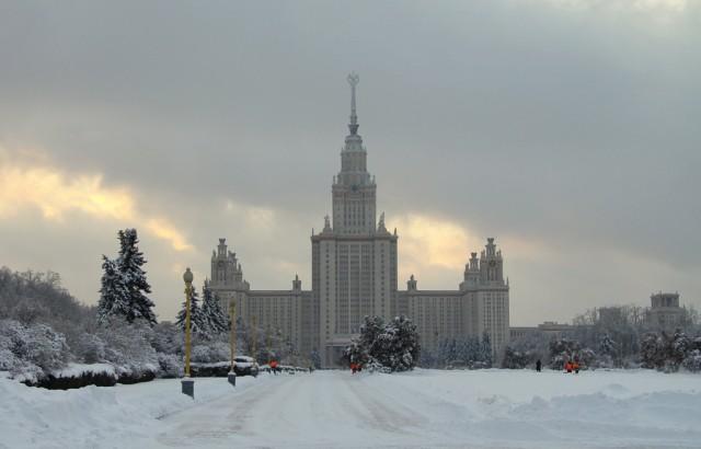 Таджики вышли на уборку снега возле МГУ