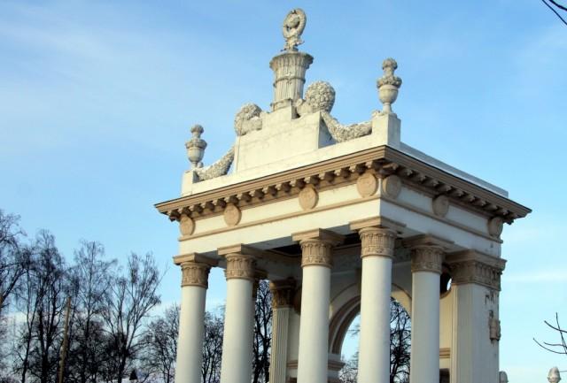Южный вход - колонны с советским гербом