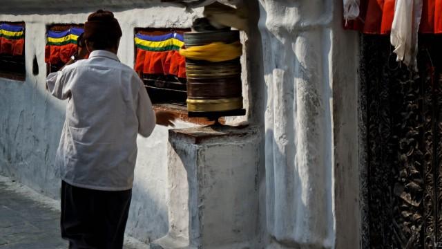 друг за другом, по часовой стрелке, вращая колеса сансары - ну или что бы там эти барабаны не символизировали.