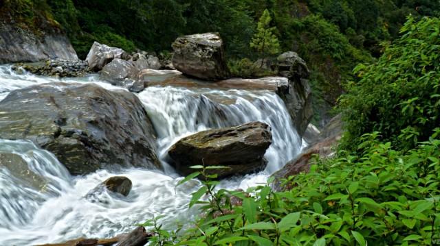 ...и водопадищи стекаются в реку Кхола.