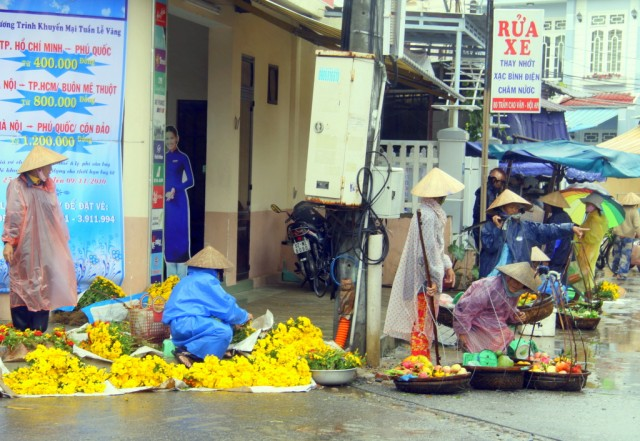 Цветочный рынок под  дождем