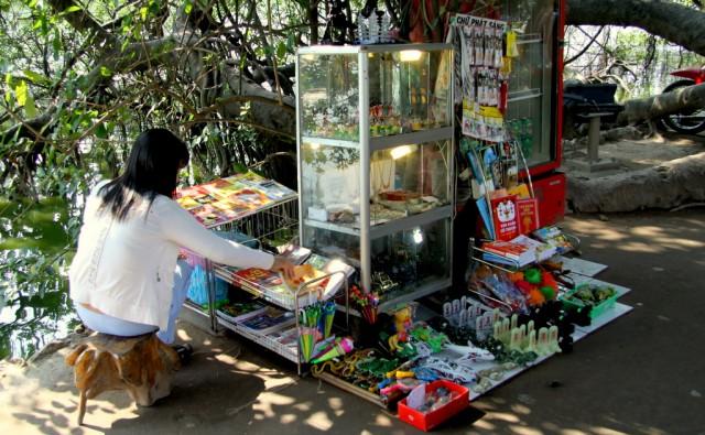 Продавщица путеводителей и сувениров