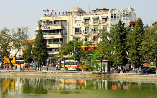 Рядом с озером кипят улицы