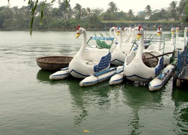 Рядом с катамаранами круглая лодка, на которой плавают вьетнамцы
