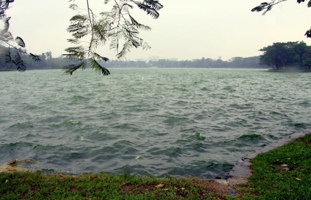 Озеро наморщилось: туман и волны
