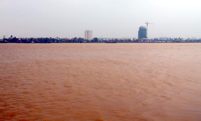 Во время дождей река разливается и вода в ней красная