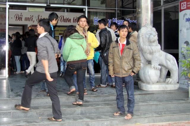 Студенты Дананга  ходят на учебу во вьетнамках)