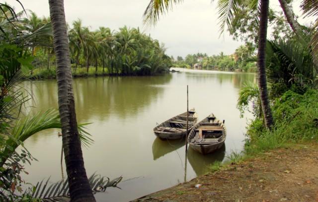 Катаются на древних лодках