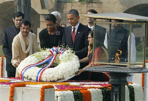У памятника Ганди