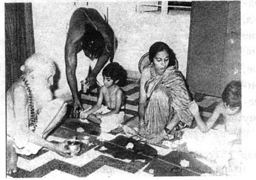 Шри Т. Кришнамачарья с внуками