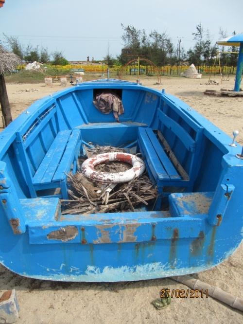 лодка для морских прогулок (300 рупий-25 мин) со стеклянным окном (прикрыто ветками)