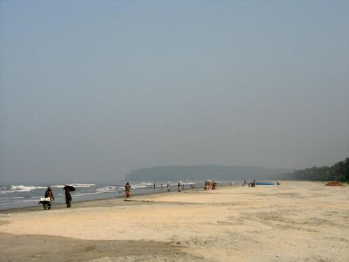 Это не праздношатающиеся, а уборщики на пляже.