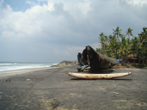 чуть дальше черного пляжа, в рыбацкой деревне тоже есть что-то вроде маленького пляжика. но ароматы там совсем не гладиолусов...