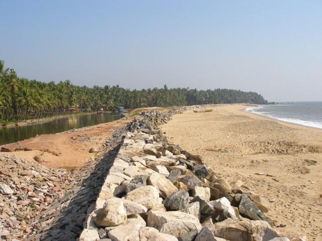 справа море, слева канал (совсем рядом с Каннуром)