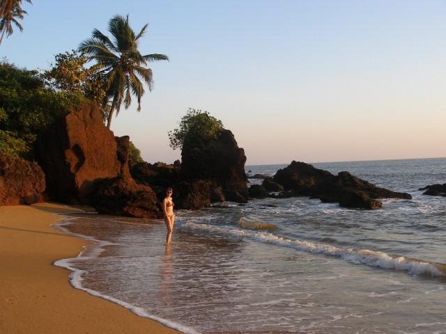 пляж при ресорте. фото этих боольших камней есть в итальянском Lonely Planet