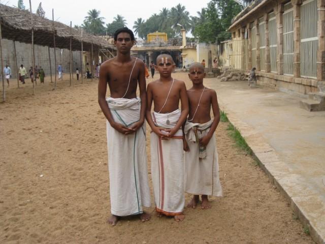 хранители традиций... мальчики-брахманы