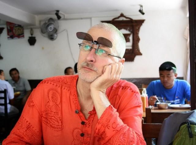 На носу у Андрея солнечные очки
