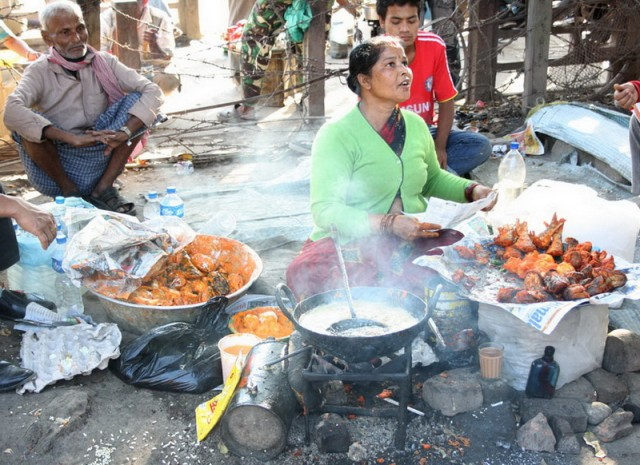 Уличный фаст фуд: во фритюре обжаренная рыба