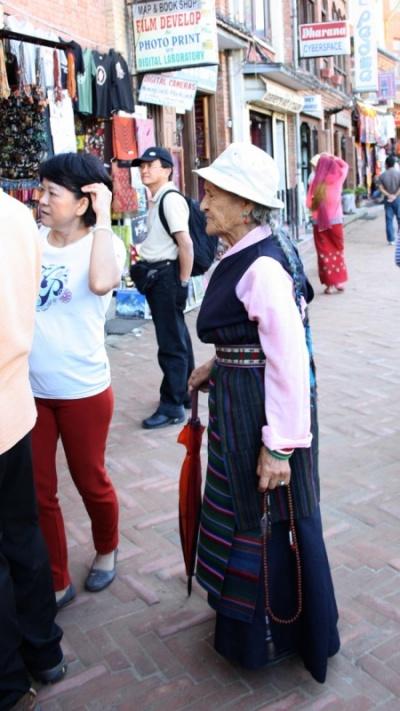 тибетская женщина в нацианальной одежде
