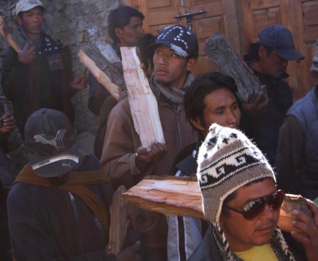 мужчины с дровами