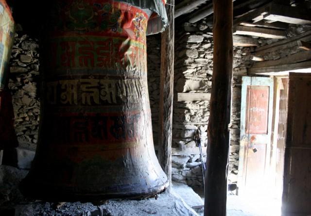 молитвенный барабан при входе в гомпу