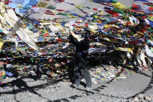 привязываем буддийские ритуальные шарфы