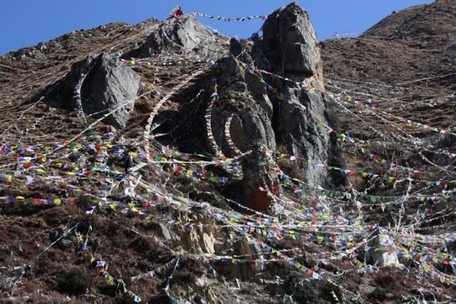 флаги над храмовым комплексом